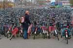fata_parcare_aglomeratie_mare_de_biciclete.jpg