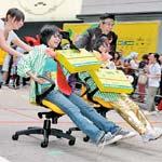 Concurs de viteza pe scaunele din birou