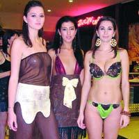 Prezentare de moda cu tinute din ciocolata