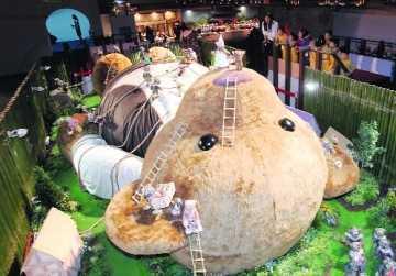 Ursulet de opt metri la o expozitie de jucarii