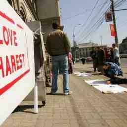 Mesaje colorate pentru o capitala gri